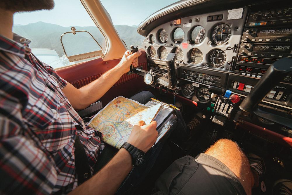Lentäjä katsoo karttaa ohjaamossa